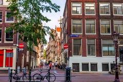 АМСТЕРДАМ, НИДЕРЛАНДЫ - 10-ОЕ ИЮНЯ 2014: Красивые фасады зданий канала в Амстердаме Стоковое Фото