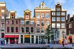 АМСТЕРДАМ, НИДЕРЛАНДЫ - 10-ОЕ ИЮНЯ 2014: Красивые фасады зданий канала в Амстердаме Стоковое Изображение