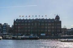 АМСТЕРДАМ, НИДЕРЛАНДЫ - 20-ое марта 2018: Взгляд от улицы на грандиозной гостинице Amrath Амстердаме Стоковая Фотография