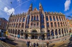 АМСТЕРДАМ, НИДЕРЛАНДЫ, 10-ОЕ МАРТА 2018: Внешний взгляд исторической площади больших винных бутылок торгового центра Амстердама в Стоковая Фотография RF