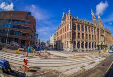 АМСТЕРДАМ, НИДЕРЛАНДЫ, 10-ОЕ МАРТА 2018: Внешний взгляд исторической площади больших винных бутылок торгового центра Амстердама в Стоковое Изображение RF
