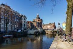 АМСТЕРДАМ, НИДЕРЛАНДЫ - 20-ое марта 2018: Канал и улица Амстердама Стоковое Изображение RF