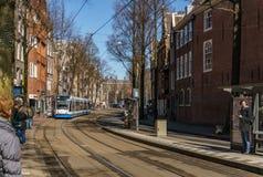 АМСТЕРДАМ, НИДЕРЛАНДЫ - 20-ое марта 2018: узкие улицы Амстердама на солнечном весеннем дне Стоковые Изображения RF