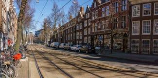 АМСТЕРДАМ, НИДЕРЛАНДЫ - 20-ое марта 2018: узкие улицы Амстердама на солнечном весеннем дне Стоковое Фото