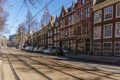 АМСТЕРДАМ, НИДЕРЛАНДЫ - 20-ое марта 2018: узкие улицы Амстердама на солнечном весеннем дне Стоковое фото RF