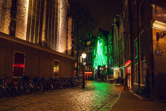АМСТЕРДАМ, НИДЕРЛАНДЫ - 22-ОЕ ЯНВАРЯ 2016: Улицы города Амстердама на ноче Общие виды ландшафта города 22-ого января 2016 Стоковые Изображения RF