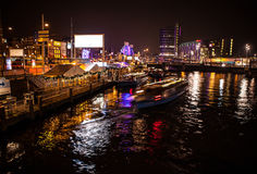 АМСТЕРДАМ, НИДЕРЛАНДЫ - 17-ОЕ ЯНВАРЯ 2016: Шлюпка ruise ¡ Ð в каналах ночи Амстердама 17-ого января 2016 Стоковое Изображение RF