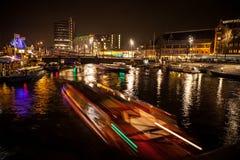 АМСТЕРДАМ, НИДЕРЛАНДЫ - 17-ОЕ ЯНВАРЯ 2016: Шлюпка ruise ¡ Ð в каналах ночи Амстердама 17-ого января 2016 Стоковая Фотография RF