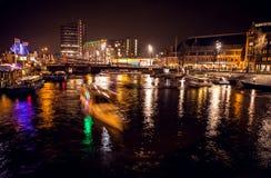 АМСТЕРДАМ, НИДЕРЛАНДЫ - 17-ОЕ ЯНВАРЯ 2016: Шлюпка ruise ¡ Ð в каналах ночи Амстердама 17-ого января 2016 Стоковые Фотографии RF