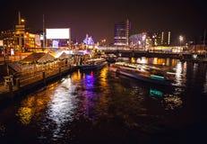 АМСТЕРДАМ, НИДЕРЛАНДЫ - 17-ОЕ ЯНВАРЯ 2016: Шлюпка ruise ¡ Ð в каналах ночи Амстердама 17-ого января 2016 Стоковое фото RF