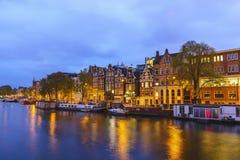Амстердам Нидерланд, горизонт города ночи стоковые изображения