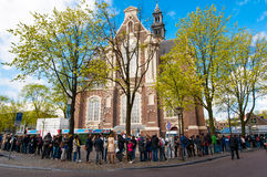 АМСТЕРДАМ 30-ОЕ АПРЕЛЯ: Люди стоят в очереди к музею дома Анны Франка на 30,2015 -го апреля стоковые изображения