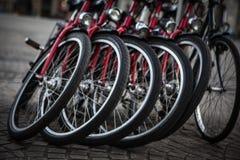 АМСТЕРДАМ - 13-ОЕ МАЯ: Велосипеды припарковали на мосте над каналами Амстердама Стоковое Фото