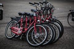 АМСТЕРДАМ - 13-ОЕ МАЯ: Велосипеды припарковали на мосте над каналами Амстердама Стоковые Изображения