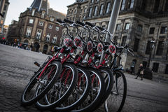 АМСТЕРДАМ - 13-ОЕ МАЯ: Велосипеды припарковали на мосте над каналами Амстердама Стоковые Фотографии RF