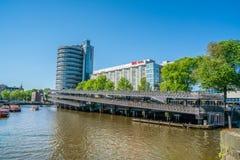 Амстердам, 7-ое мая 2018 - туристские шлюпки на Prins Hendrikkade w Стоковое Изображение