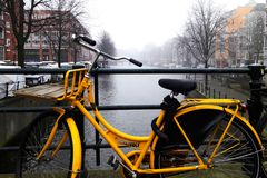 Амстердам Романтичный велосипед желтого цвета канала Стоковое Изображение RF