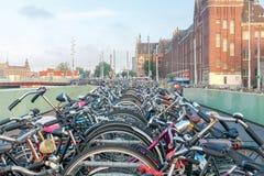 Амстердам Автостоянка велосипеда в центре города Стоковые Фото