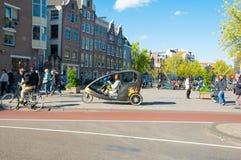 : Амстердам городской, велосипедист такси велосипеда ждет клиентов, Нидерландов Стоковое фото RF