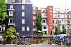 Амстердам, Голландия, Европа - взгляд канала, велосипеда и здания Стоковое фото RF