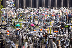 Амстердам, Нидерланды - 18 09 2015: Автостоянка велосипеда в Стоковые Фотографии RF
