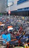 Амстердам, Нидерланды - 18 09 2015: Автостоянка велосипеда в Стоковые Изображения