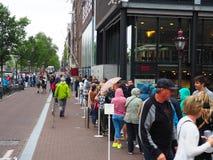 Амстердам, Нидерланды, лето 2015 ждать линия для известного дома Анны Франка стоковые фотографии rf