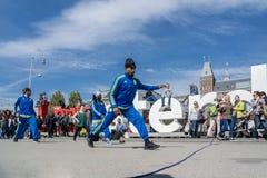 Амстердам, Нидерланды - 31-ое апреля 2017 - группа Ajax Амстердама breakdancing выполняя в городе на I Стоковое фото RF