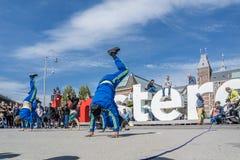 Амстердам, Нидерланды - 31-ое апреля 2017 - группа Ajax Амстердама breakdancing выполняя в городе на I Стоковая Фотография