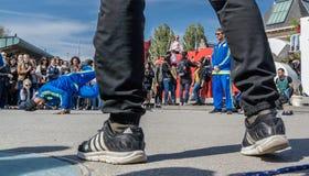 Амстердам, Нидерланды - 31-ое апреля 2017 - группа Ajax Амстердама breakdancing выполняя в городе на I Стоковая Фотография RF