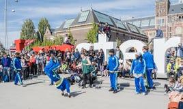 Амстердам, Нидерланды - 31-ое апреля 2017 - группа Ajax Амстердама breakdancing выполняя в городе на I Стоковые Фотографии RF