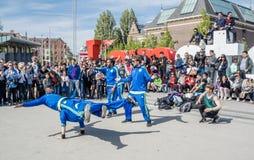 Амстердам, Нидерланды - 31-ое апреля 2017 - группа Ajax Амстердама breakdancing выполняя в городе на I Стоковое Изображение RF