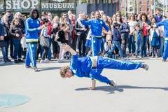 Амстердам, Нидерланды - 31-ое апреля 2017 - группа Ajax Амстердама breakdancing выполняя в городе на I Стоковые Изображения RF