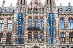 Амстердам, Нидерланды - 31-ое апреля 2017: Посетители площади больших винных бутылок ждать Стоковое Изображение RF