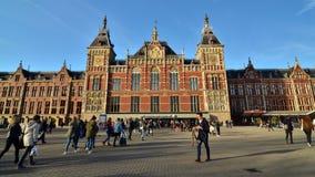 Амстердам, Нидерланды - 7-ое мая 2015: Люди на центральной станции Амстердама сток-видео