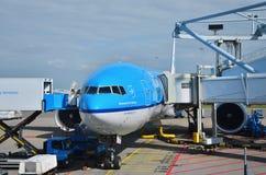 Амстердам, Нидерланды - 16-ое мая 2015: Самолеты авиакомпаний KLM королевские голландские на авиапорте Амстердама Стоковые Изображения RF