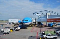 Амстердам, Нидерланды - 16-ое мая 2015: Самолет KLM на авиапорте Schiphol Стоковые Фотографии RF