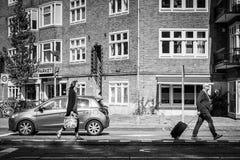 Амстердам/Нидерланды 9/12/2014 - соедините идти с сумками дальше стоковые фотографии rf