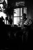 Амстердам/Нидерланды 9/12/2014 - укомплектуйте личным составом сидеть на местном баре стоковое фото