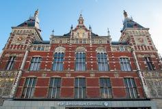 Амстердам 1-ое мая: Фасад станции Амстердама Centraal на 01,2015 -го мая в Амстердаме, Нидерланды Стоковые Изображения