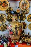 Амфора, плиты, кувшины и другая гончарня современными греческими художниками Остров Родоса стоковые фото