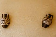 2 амфоры украшая стену патио Стоковая Фотография RF