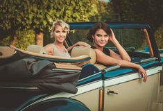 2 дамы в классическом автомобиле Стоковые Фотографии RF