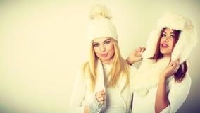 2 дамы в обмундировании белизны зимы Стоковая Фотография