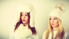 2 дамы в обмундировании белизны зимы Стоковое Изображение RF