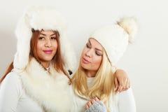 2 дамы в обмундировании белизны зимы Стоковая Фотография RF