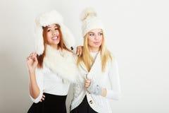 2 дамы в обмундировании белизны зимы Стоковое фото RF