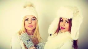 2 дамы в обмундировании белизны зимы Стоковые Изображения