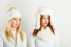 2 дамы в обмундировании белизны зимы Стоковое Изображение