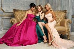 3 дамы в платьях вечера Стоковые Фотографии RF